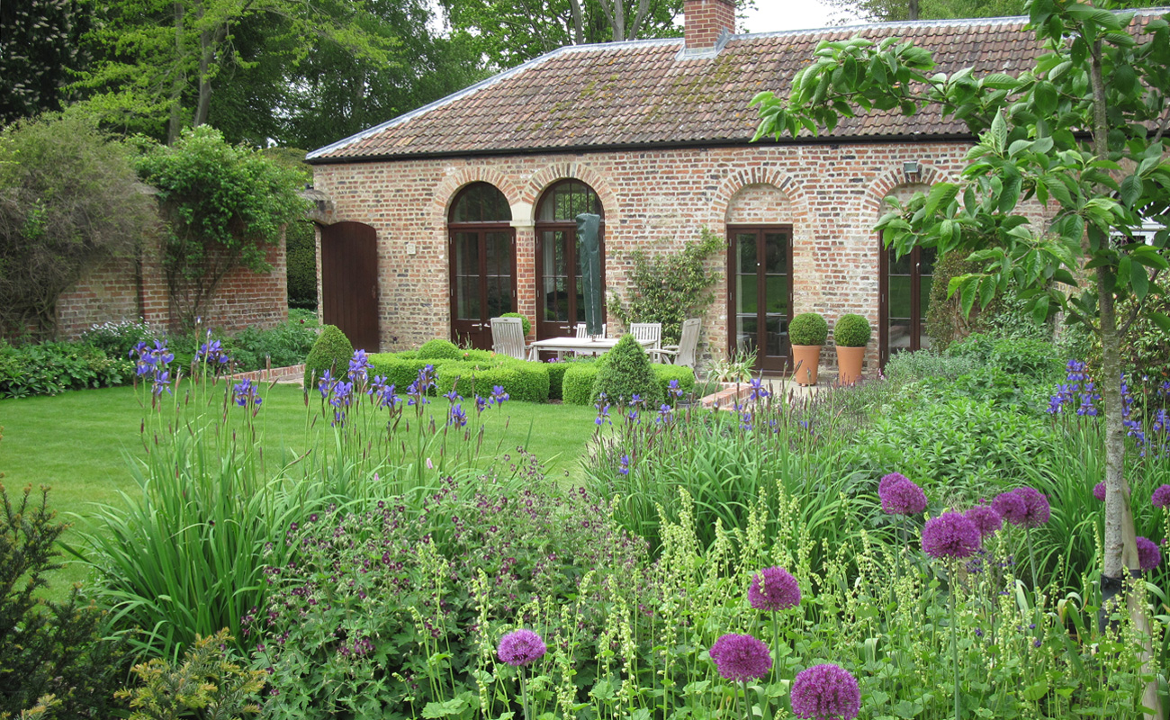 Walled garden amanda patton for Garden design ideas for medium gardens